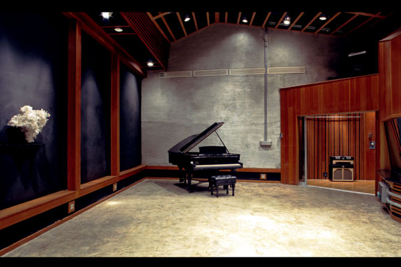 Captivating Studio B Live Room Image 1